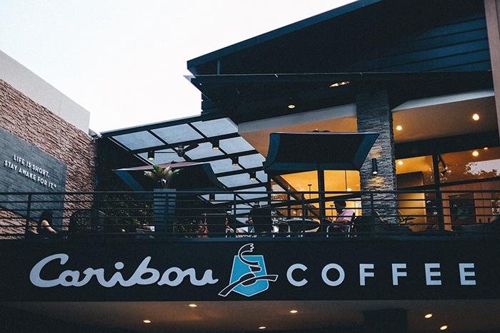 Bảng hiệu quán cafe Caribou Coffee