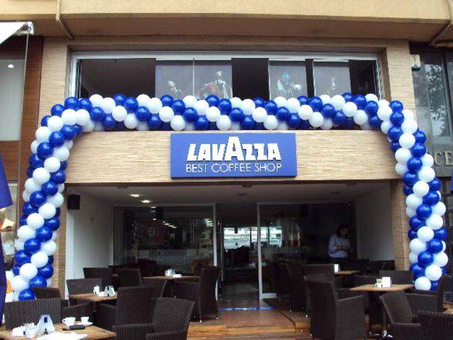 Bảng hiệu quán cafe Lavazza