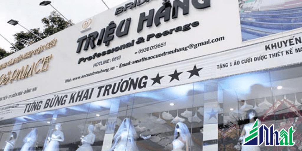 Bảng hiệu cửa hàng áo cưới alu chữ nổi tông trắng đen