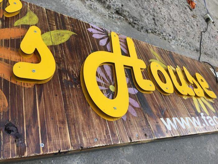 Mẫu biển hiệu quán trà sữa bằng gỗ