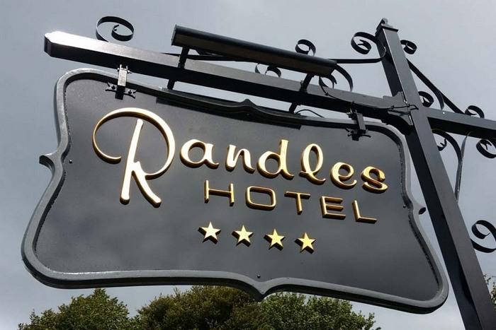 bảng hiệu phong cách châu âu Công ty làm bảng hiệu inox Mẫu bảng hiệu Hotel đẹp